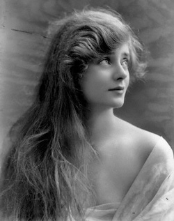 English hottie Evelyn Laye in 1917 looking like Sister Carrie, Theodore Dreiser's fallen woman of the theater.