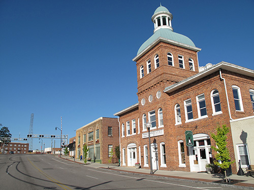 Sanford, NC. Population 30,000. La Dolce Vita Pizzeria (far right) is housed in the town's former city hall building. (Click image to up-rez.)